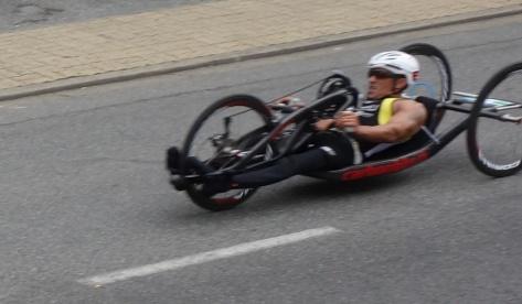 Des sportifs handicapés. À la force des bras