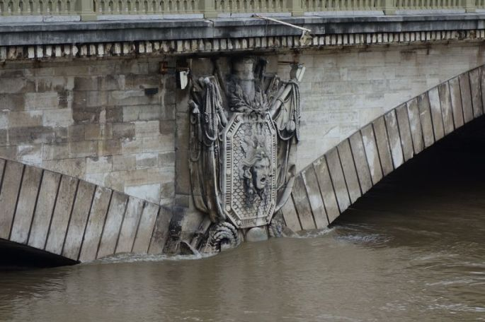 07 - Même la sculpture du pont n'en revient pas