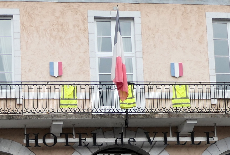 Gilets jaunes au balcon
